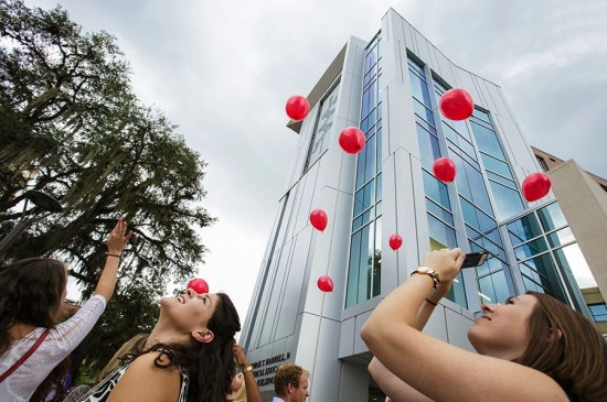 Students from the School of Physician Assistant Studies released 13 environmentally friendly balloons in honor of the 13 individuals who donated their bodies to science and education. Photo by Mindy C. Miller